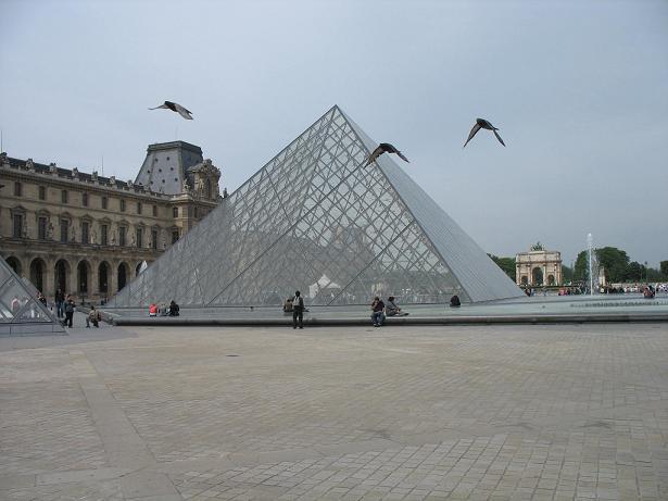 La pyramide du louvre paris nu for Architecte de pyramide
