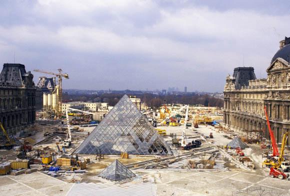 La pyramide du louvre paris nu - Date construction du louvre ...