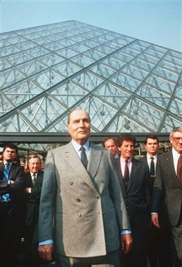 Construction of the glass pyramid in the courtyard historical times - Construction pyramide du louvre ...