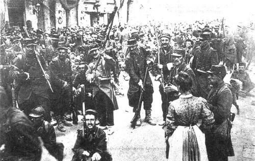 1907 06 19 A Beziers le 17eme régiment met crosses en l'air face aux viticulteurs