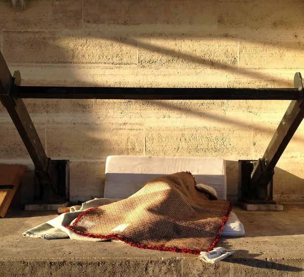 pont des arts paris sous les ponts sdf dormir seine rue street art