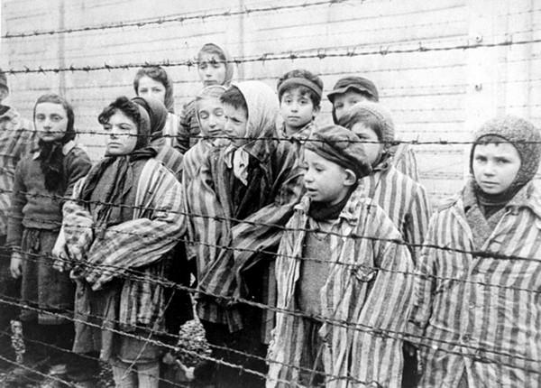pres-de-200-enfants-de-moins-de-15-ans-vetus-de-tenues-rayees-plus-ou-moins-a-leur-taille-sont-decouverts-lors-de-la-liberation-du-camp-d-auschwitz-janvier-1945